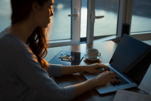 Vrouw typt op laptop vacaturetekst