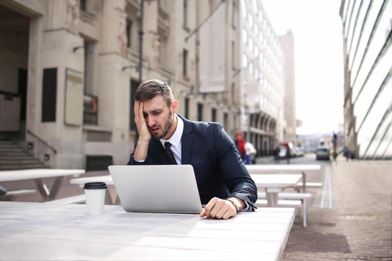Verbeter candidate experience man met laptop
