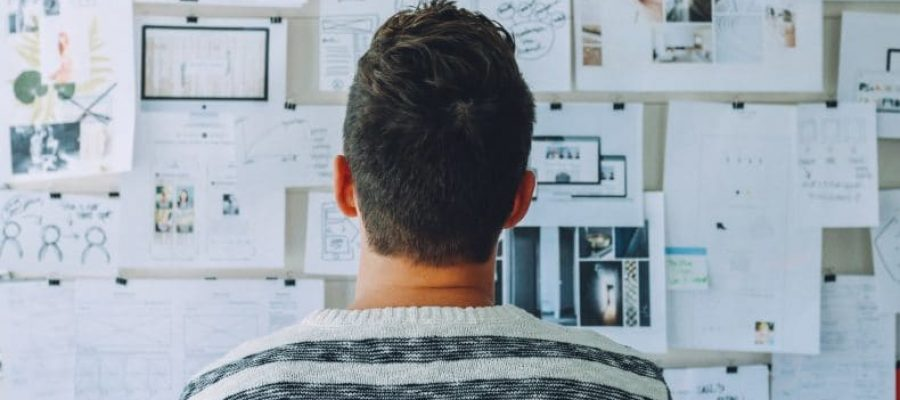 HR trends en ontwikkelingen man kijkt naar bord